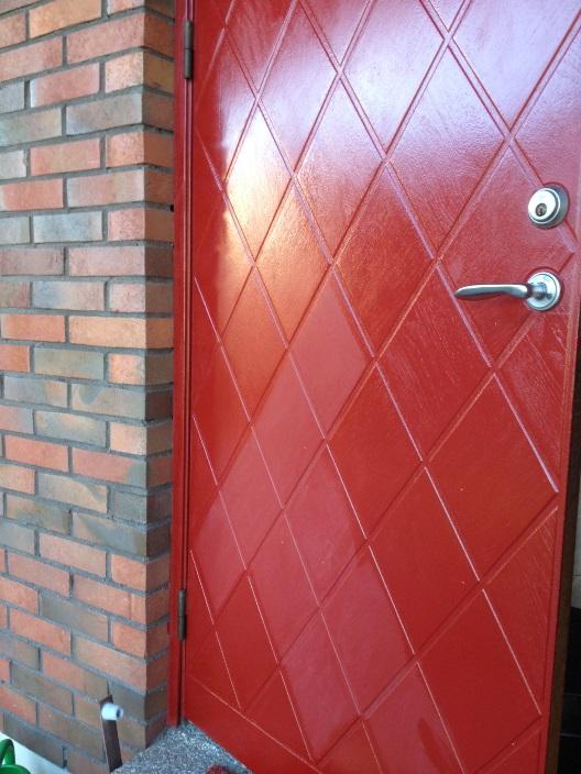 Röd ytterdörr och röda fönsterkarmar